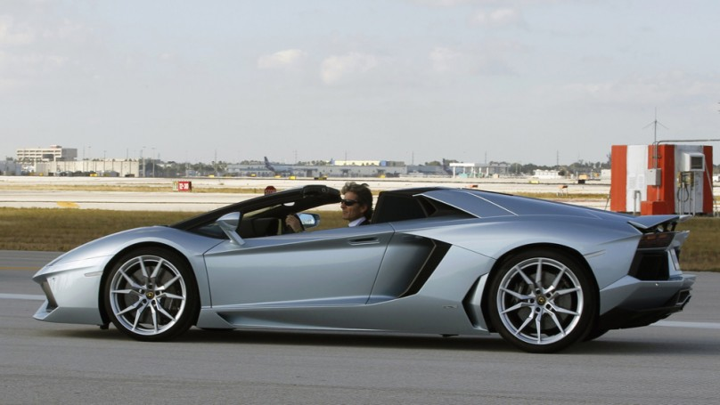 Lamborghini Aventador hits 330 km/h on airport runway