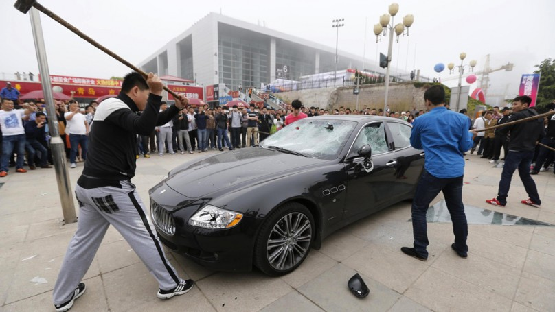 Angry Maserati owner destroys $430,000 car with sledgehammer