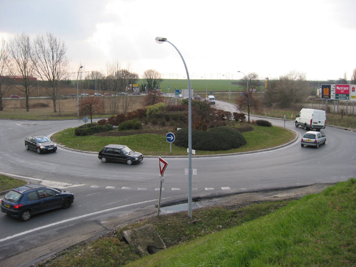 How to use roundabouts and why they are safer